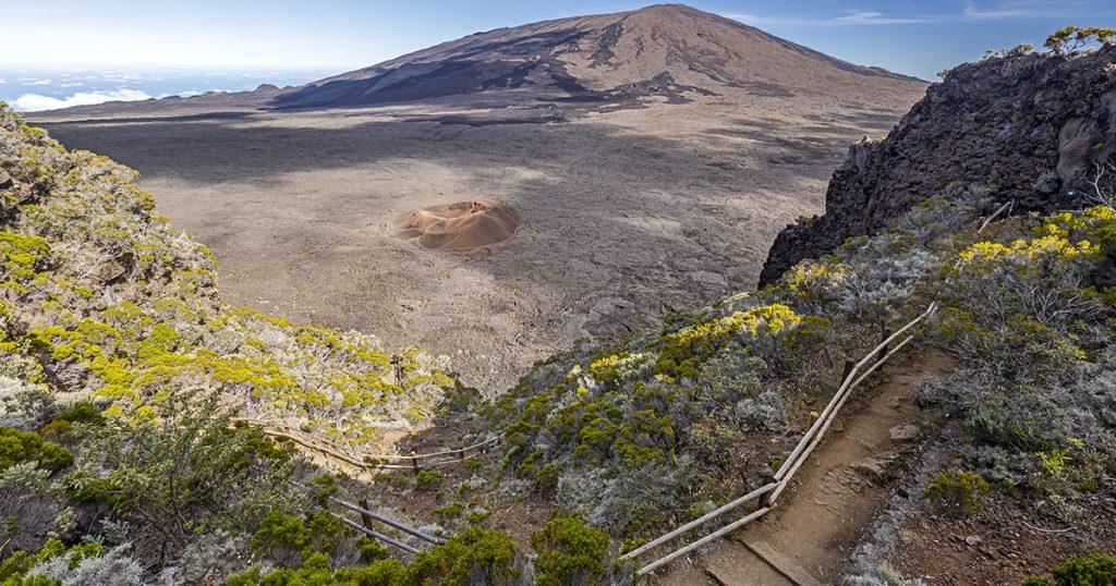 randonnée sur le piton des neiges la fournaise, au pied du cratère du volcan